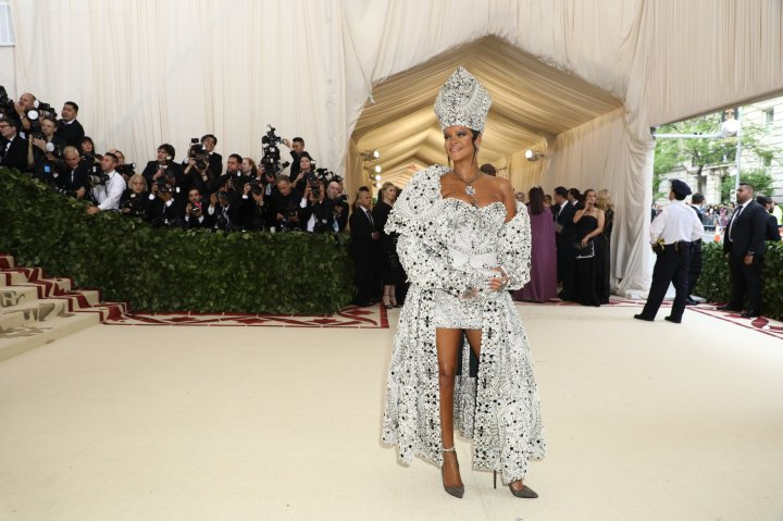 red-carpet-met-gala-2082-rihanna-superJumbo.jpg